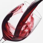 Почему красное вино окрашивает губы и язык?